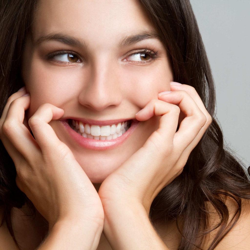 Soins dentaires réalisés sur une femme qui sourit - dentiste paris 19