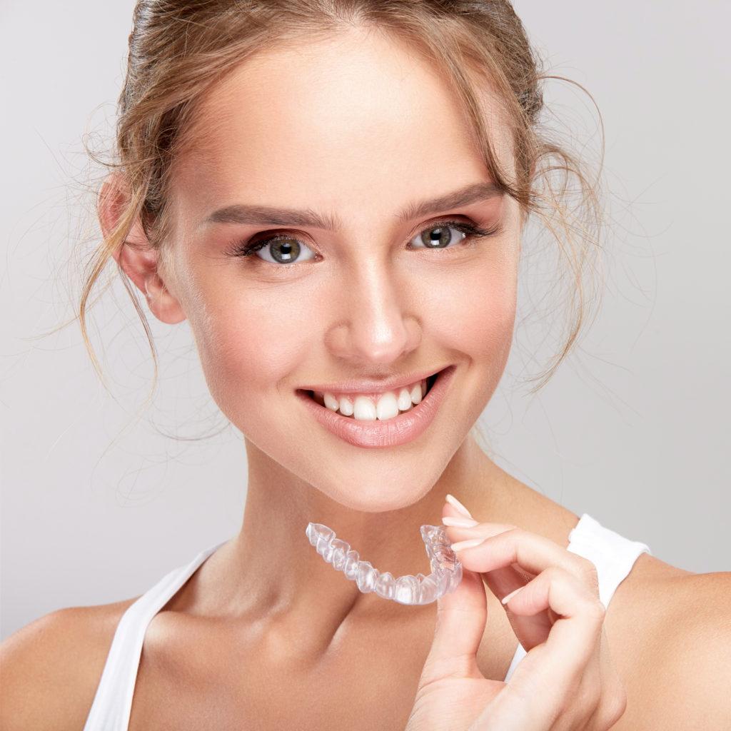 Femme avec un traitement Invisalign en orthodontie invisible