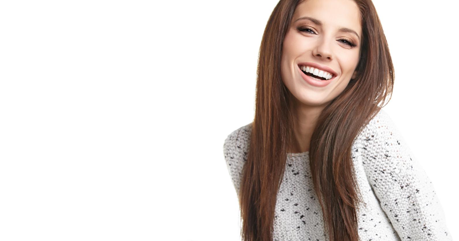 Une jeune femme au sourire soigné